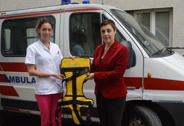 Kompanija Keprom službi hitne pomoći u Užicu uručila fiksator za bezbedan prevoz dece
